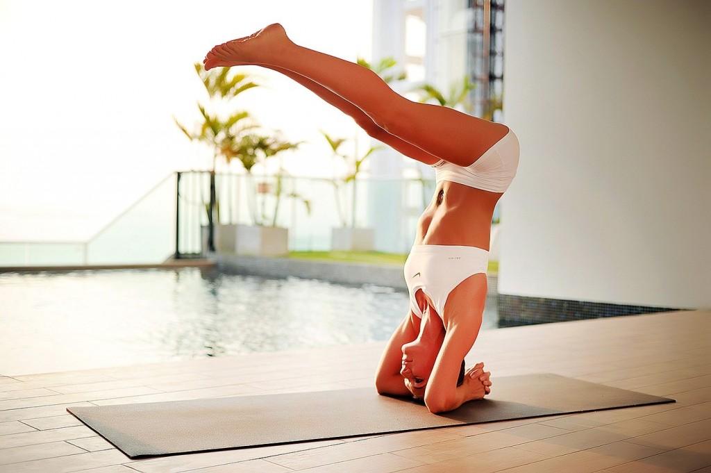 Йога-для-начинающих-учимся-выполнять-стойку-на-голове1