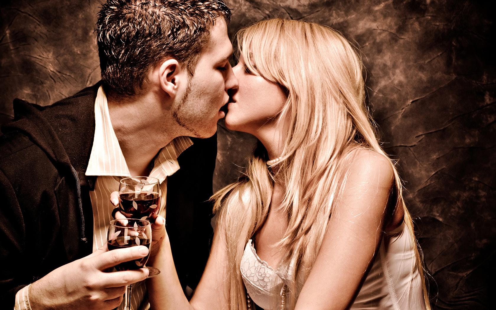 страсть парень ласкает свою девушку